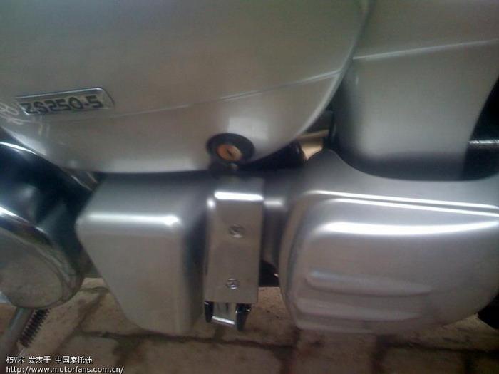 打开侧盖有个铁架装有一套随车工具.JPG