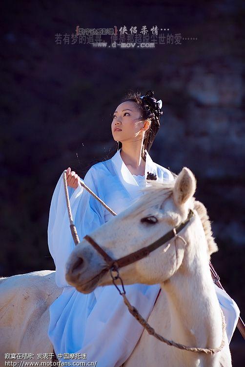 马爬坡怎么样抱着妹妹骑马跑.jpg