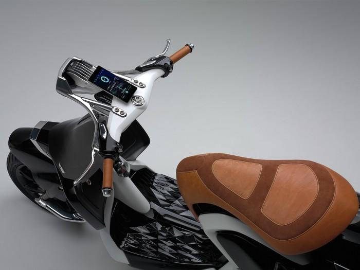 这辆踏板车设计了发动机和油箱