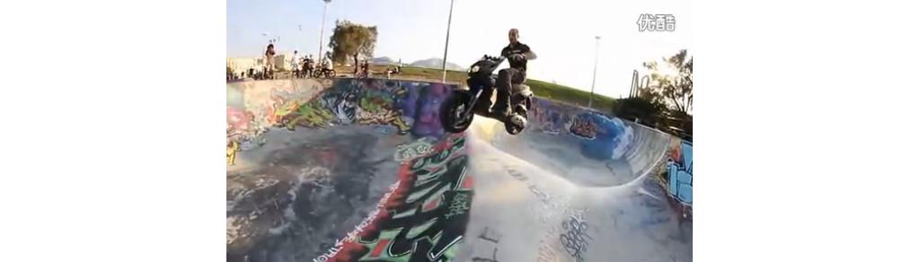 视频: 潮人的玩法 摩托车当滑板演绎驾驶特技