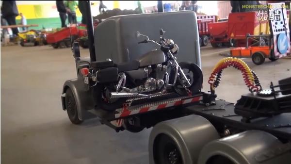 新型重型汽车模型出现 可以自动收路边的摩托车