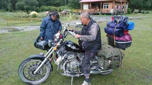 老夫妻骑摩托畅游中国