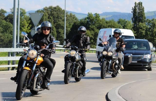 中国摩友骑摩托从瑞士前往意大利科莫湖
