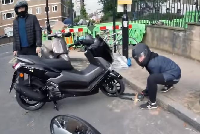 伦敦警方发起防止摩托车被盗运动 内有踏板