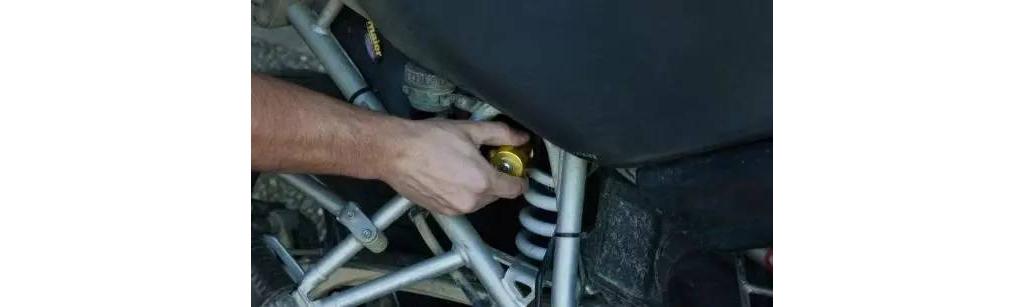 如何调校摩托车的避震器,以达到最佳操控效果?