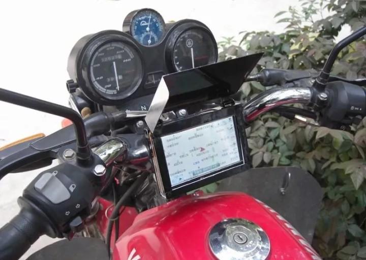 误会吗?交警向摩托车司机强卖GPS!
