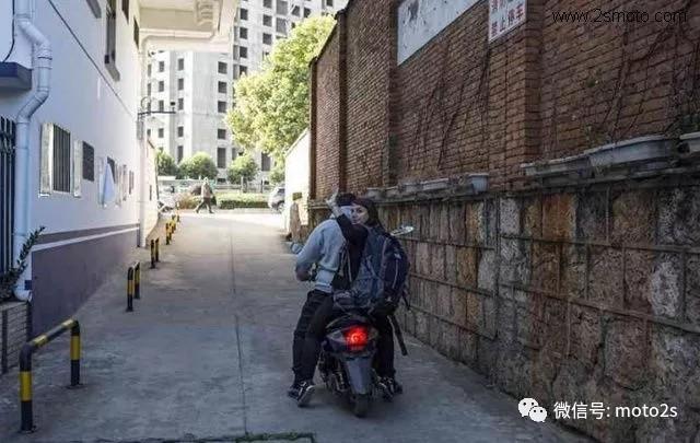 法国美女摩托车被盗 警方24小时破案 感叹警方破案迅速