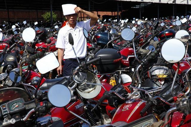 报废的摩托车都到哪里去了?贱卖后做成了这