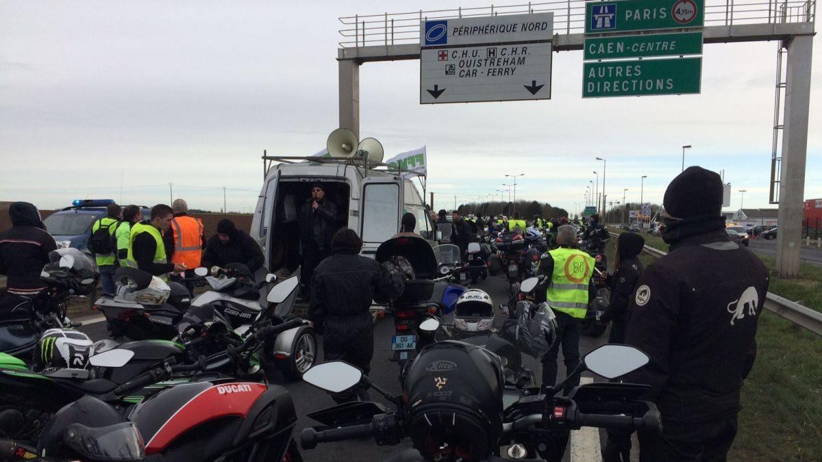 法国摩托车骑手游行抗议下调公路最高时速