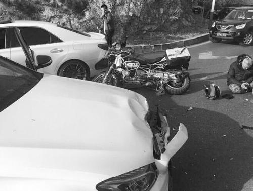 白发大爷骑30万改装摩托车反道超车被撞飞