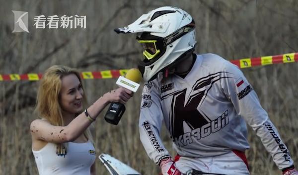 美女记者采访摩托车手 不料车一动被甩了一脸泥