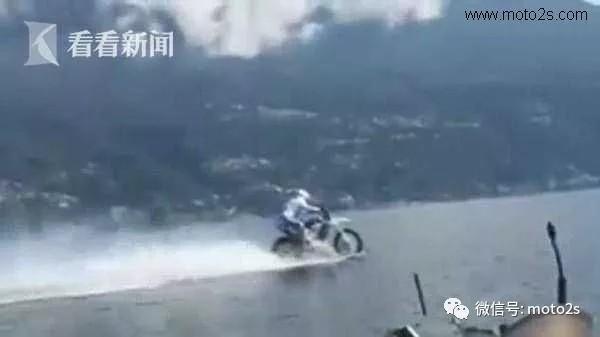"""摩托车""""水上飞""""!男子骑摩托横跨湖泊创新"""