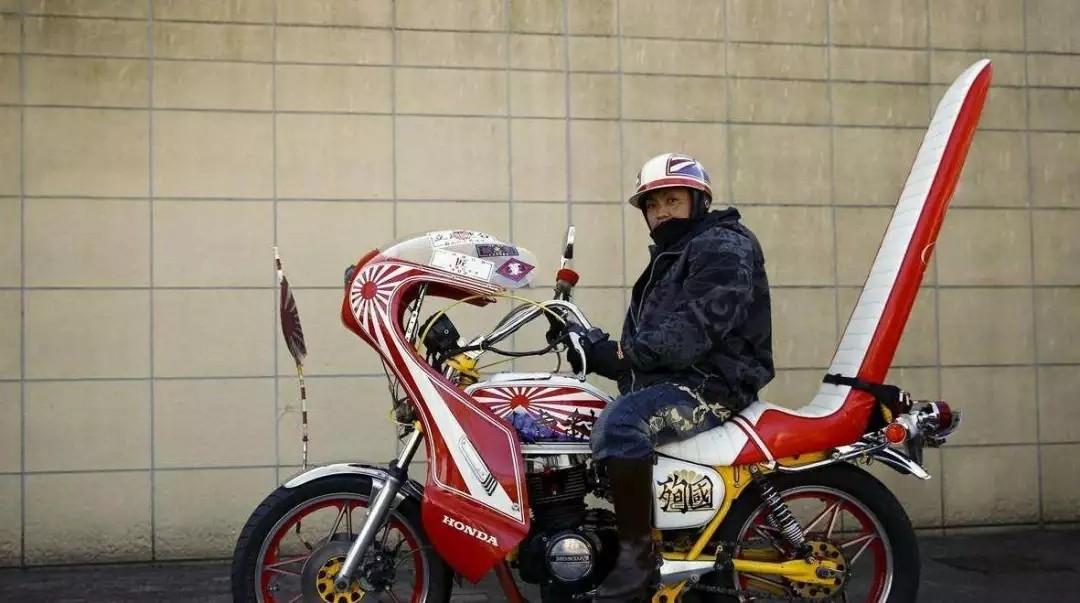 """日本暴走族街头骑摩托车""""撒欢儿"""",多名骑"""
