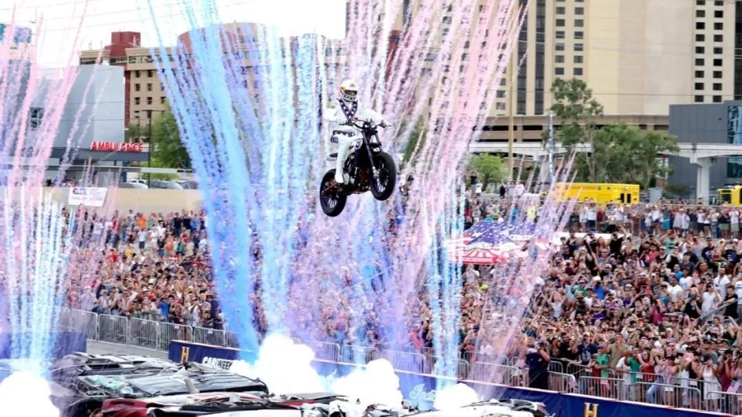 他骑摩托完成世界上最危险的飞跃动作,挑战飞跃16辆大巴车!