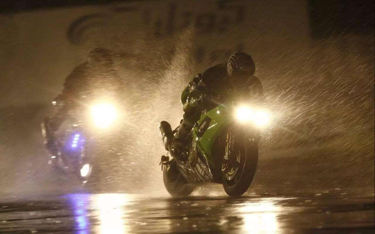 以身犯险冒雨前行?雨天摩托行车注意事项关