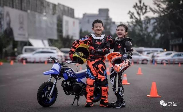 3岁半小学员40度高温下学骑摩托车