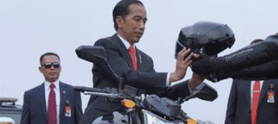 印尼总统骑摩托车参加亚运会开幕