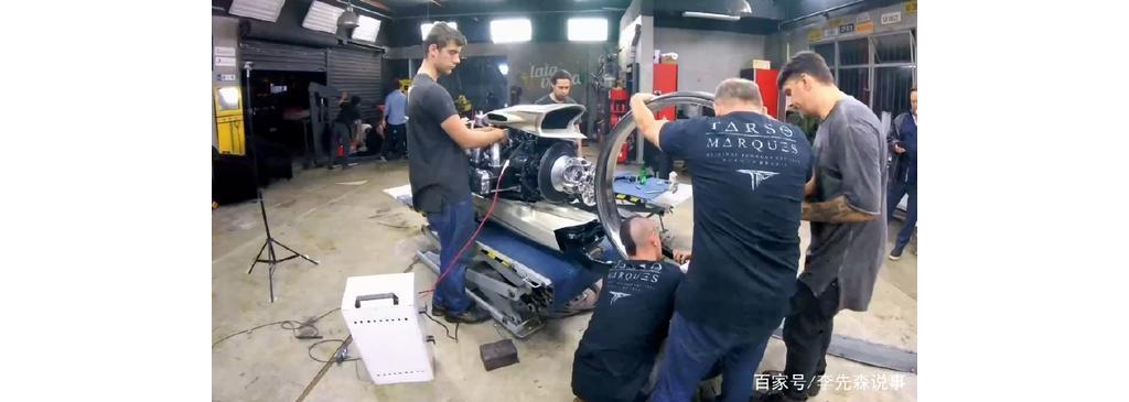 老外自制摩托车,装配飞机发动机,空心轮毂设计,上路回头率超高