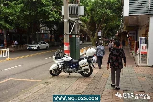 打铁还需自身硬 眉山无牌警用摩托车任性上