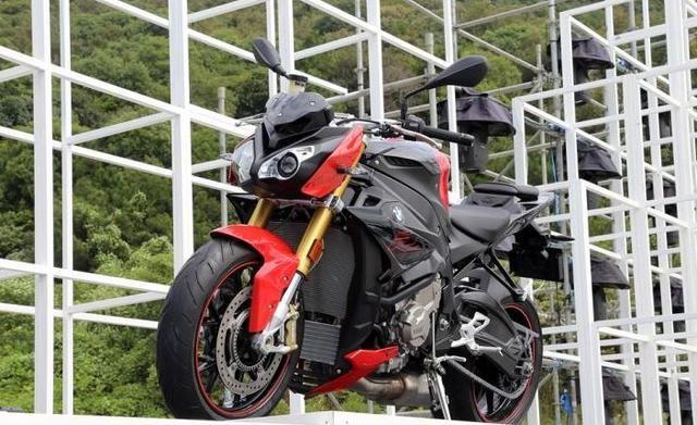摩托车界的宝马!999CC四缸发动机配6速变速箱,加热把手更贴心