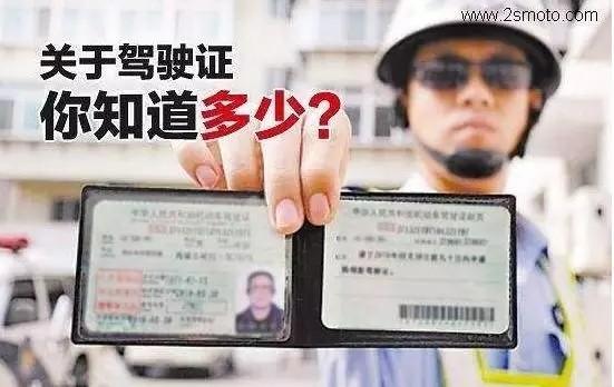 在国外骑摩托车真的很爽,但是国外的驾照就