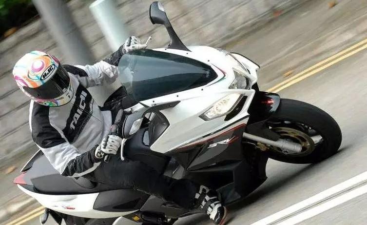 真正的踏板排量之王,839cc的排量V双缸,T-max见了都怕的阿普利亚SRV 850