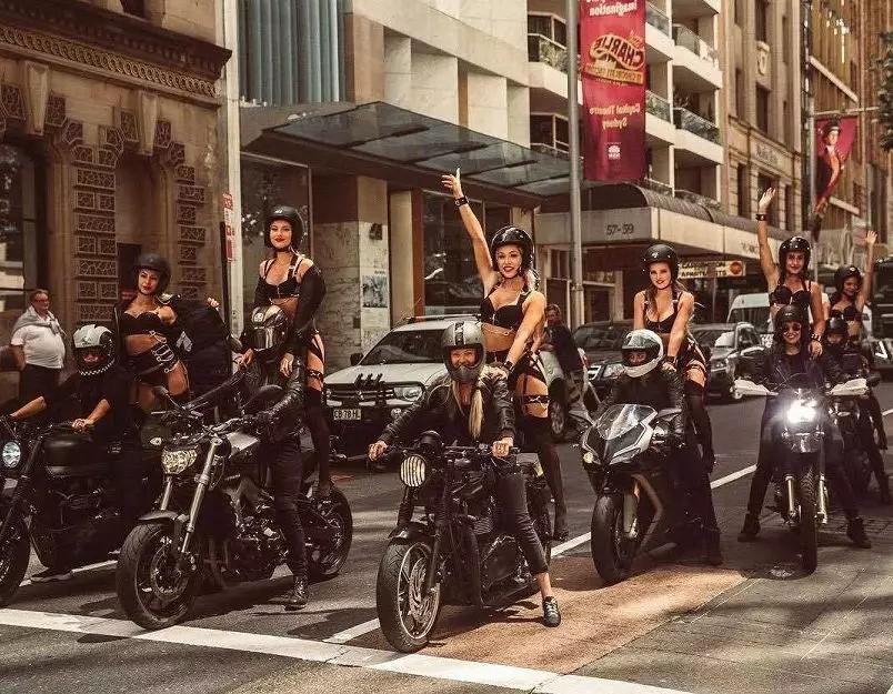 见过穿黑丝的女孩子坐摩托车游行嘛?场景较壮观,建议收藏