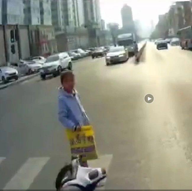 太暖心了!川崎6R骑士停车帮助车流中的小女