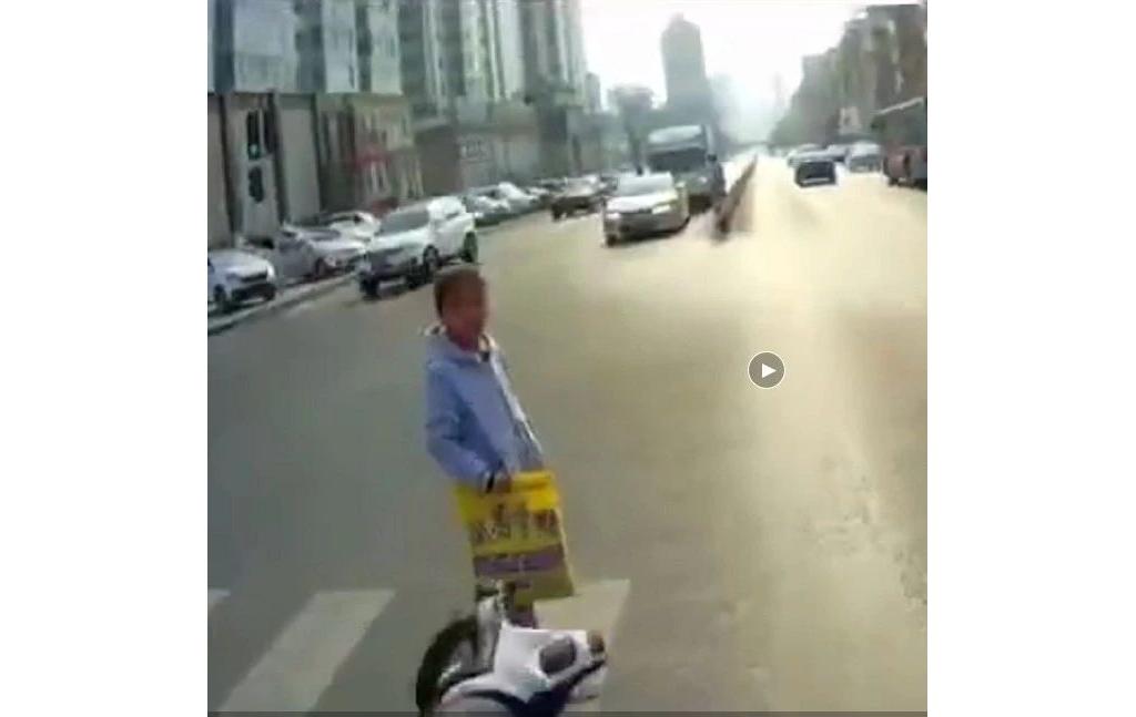 太暖心了!川崎6R骑士停车帮助车流中的小女孩过马路