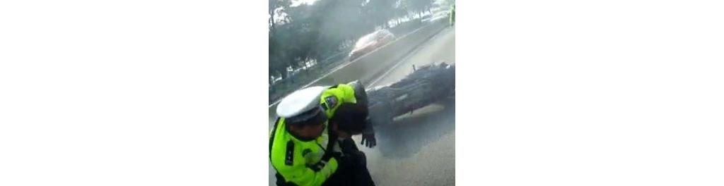 男子禁区骑摩托车见交警猛加速  连撞三车被拽下车