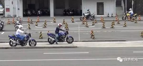 日本摩托车驾照考15次才能通过,而我的摩托