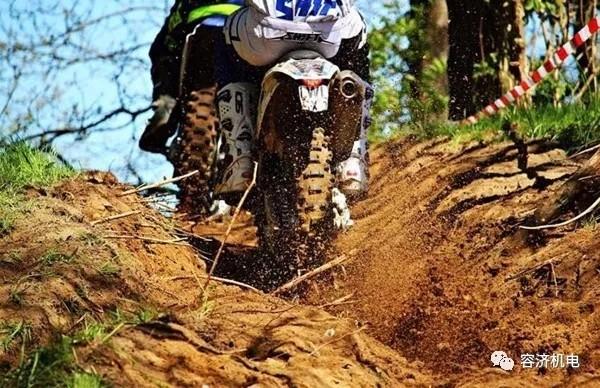 【实用技巧】摩托车如何安全通过沙地?陷入
