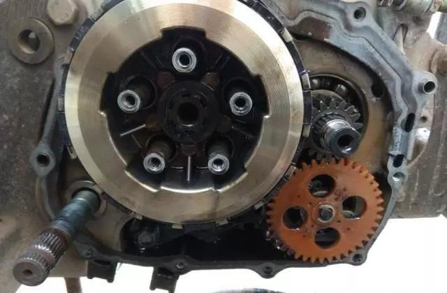 万博体育发动机离合器总成旁边的塑料齿轮是干
