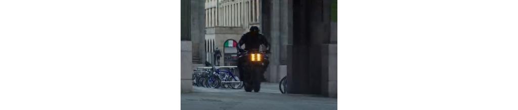 《速度与激情之两个光头》  这是什么摩托车变形神技?