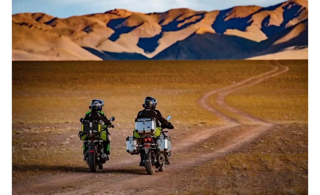 摩旅西藏   女魔头雪山天体浴后,骑车来到了天堂文布南