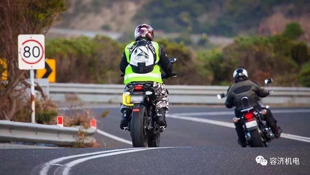 为什么摩托车转弯是倾斜车身不是转龙头?