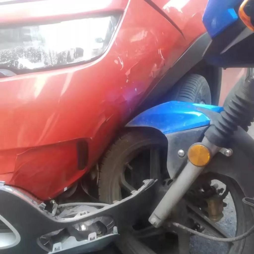 女司机驾驶小车路口被摩托给撞了,猜猜交警怎么判!