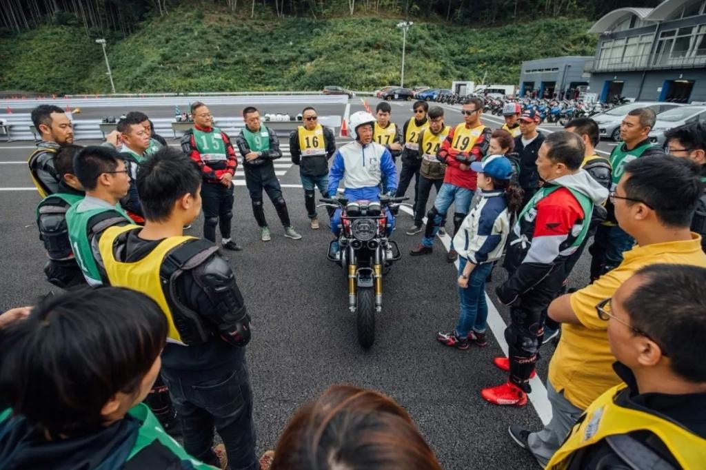 作为全球摩托车销量老大的Honda,可能真的对安全驾驶培训有执念……