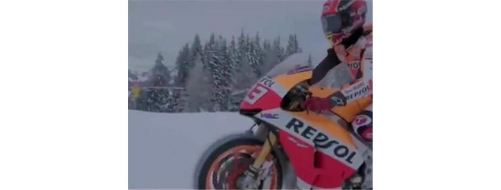 """改装""""钉子胎""""本田摩托车,落地23万,排量999CC,能在雪天骑行"""