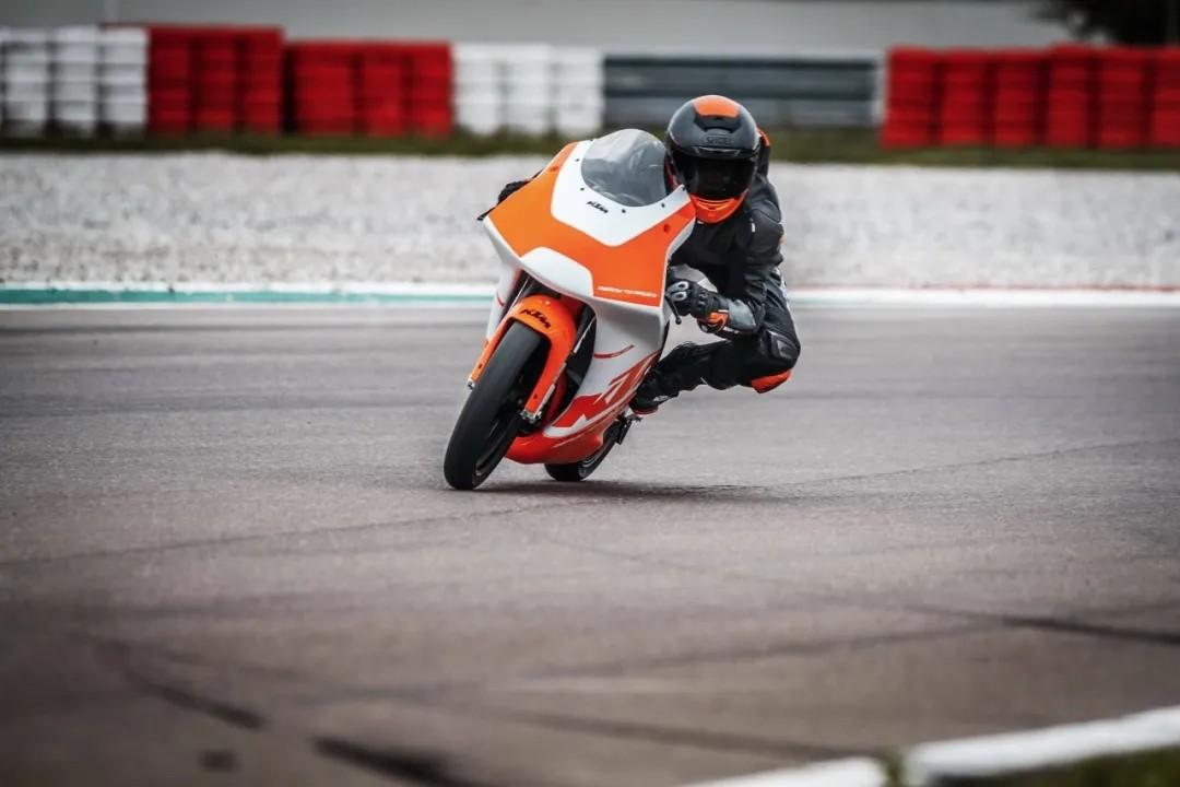 测试中的 KTM RC4R 赛车