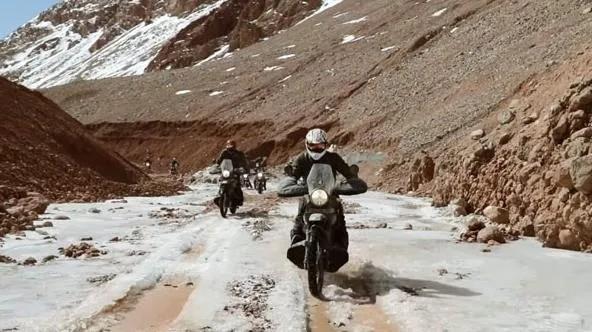 印度军队骑行团驾驶喜马拉雅万博Bet 抵达喀喇昆仑山口